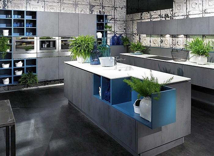 küche-streichen-grau-boden-grau-tischplatte-weiß-blaue-regale-pflanzen-drei-öfen-dekorative-gläser