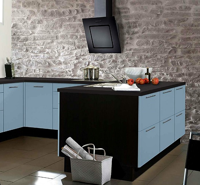küchenfronten-hellblau-boden-fliesen-steinwand-schwarze-tischplatte-weißer-korb-abzugshauben