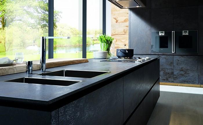 küche-streichen-schwarz-boden-grau-waschbecken-zwei-waschtrögen-gartenaussicht-weiße-teller-abzugshauben