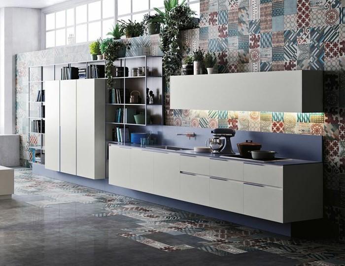küchenfronten-weiß-küchenfenster-küchentapetten-boden-grau-bodentatoo-bücherregale-blaue-tischplatte