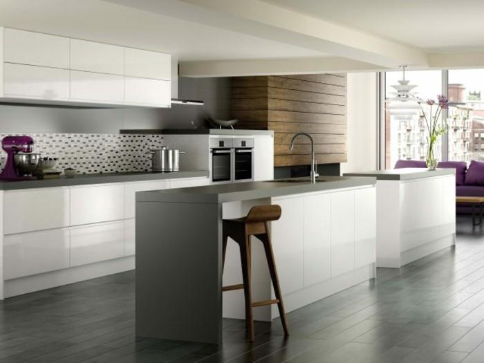 küchenfronten-weiß-ohne-griff-wand-schwarz-küchenrückwand-muster-holzstuhl-holzwand-lila-couch