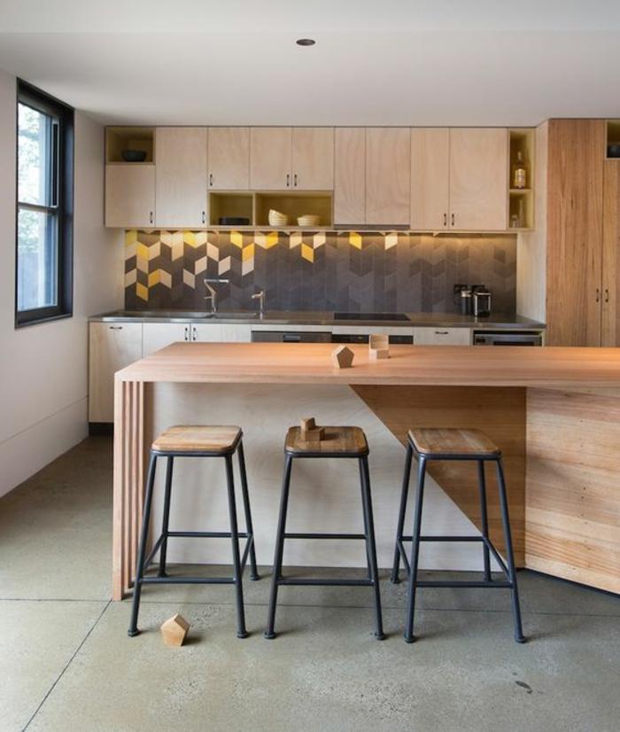 küche in naturfarben mit küchenrückwand mit geometrischen figuren