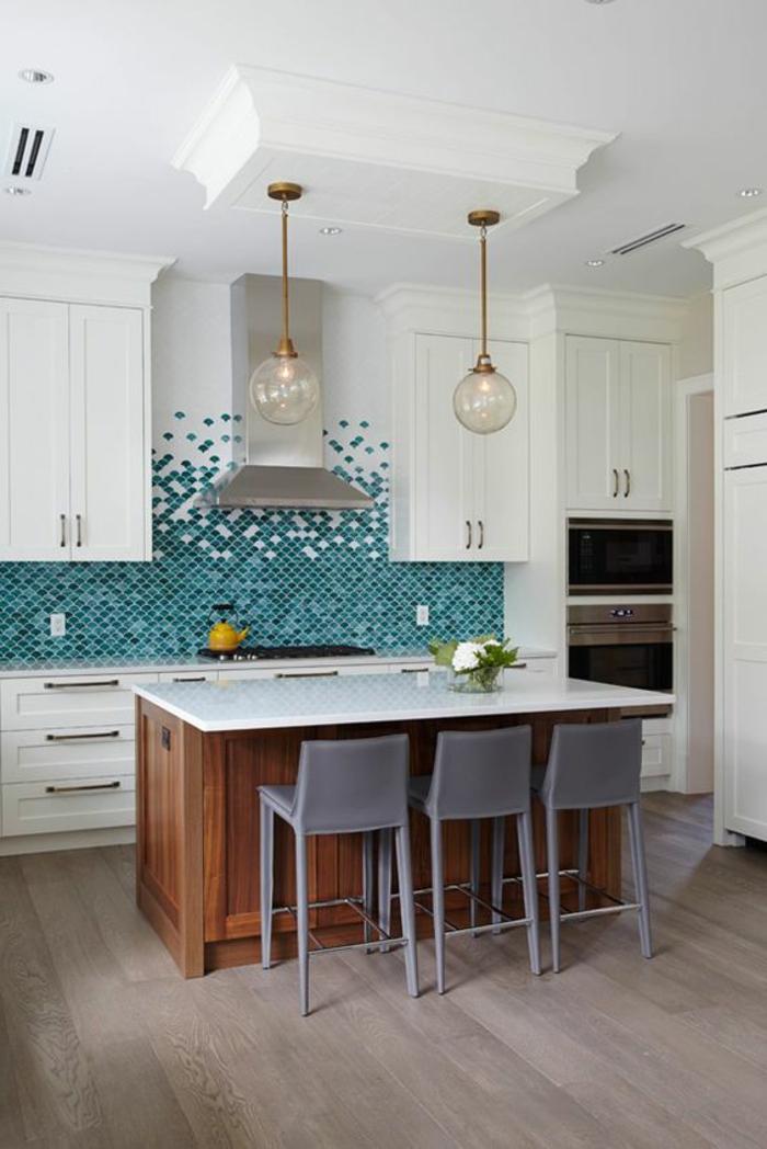 küche mit küchenrückwand mit mosaikfliesen in weiß und blau