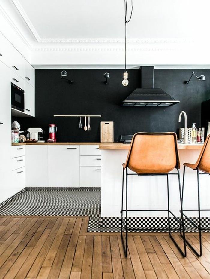 küche mit weißen schränken und schwarzer kreidetafel als küchenrückwand