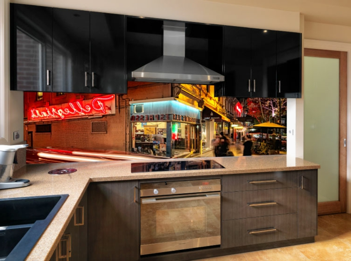 küche in dunklen farben mit bunter glasrückwand als akzent
