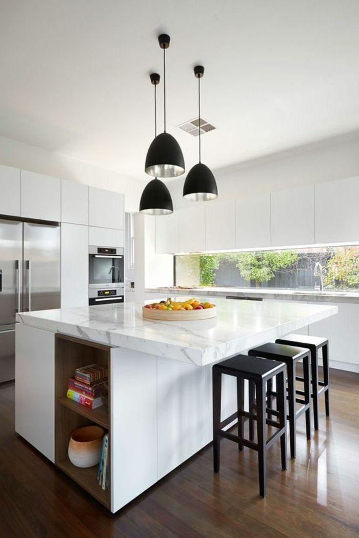 schöne küchengestaltung mit weißen schränken und schwarzen stühlen und lampen