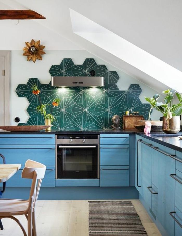 interessante küchengestaltung mit kreativer blauer küchenrückwand