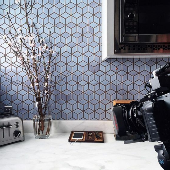 küchenrückwand mit grauen mosaikfliesen in geometrischen figuren