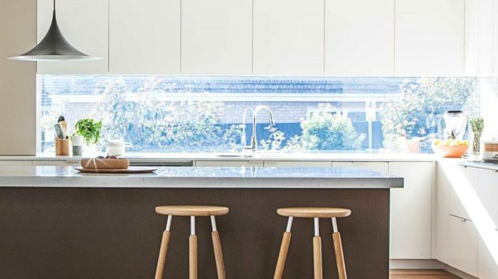 tolle küchengestaltung mit weißen schänken und glasrückwand - fenster