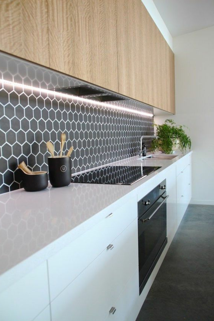 schwarze küchenrückwand mit weißen elementen und beleuchtung