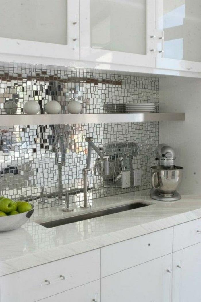weiße schränke und küchenrückwand aus kleinen eckigen spiegeln