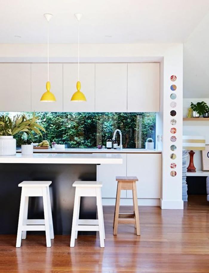 wunderschöne küche in schwarz und weiß mit grünen farbakzenten