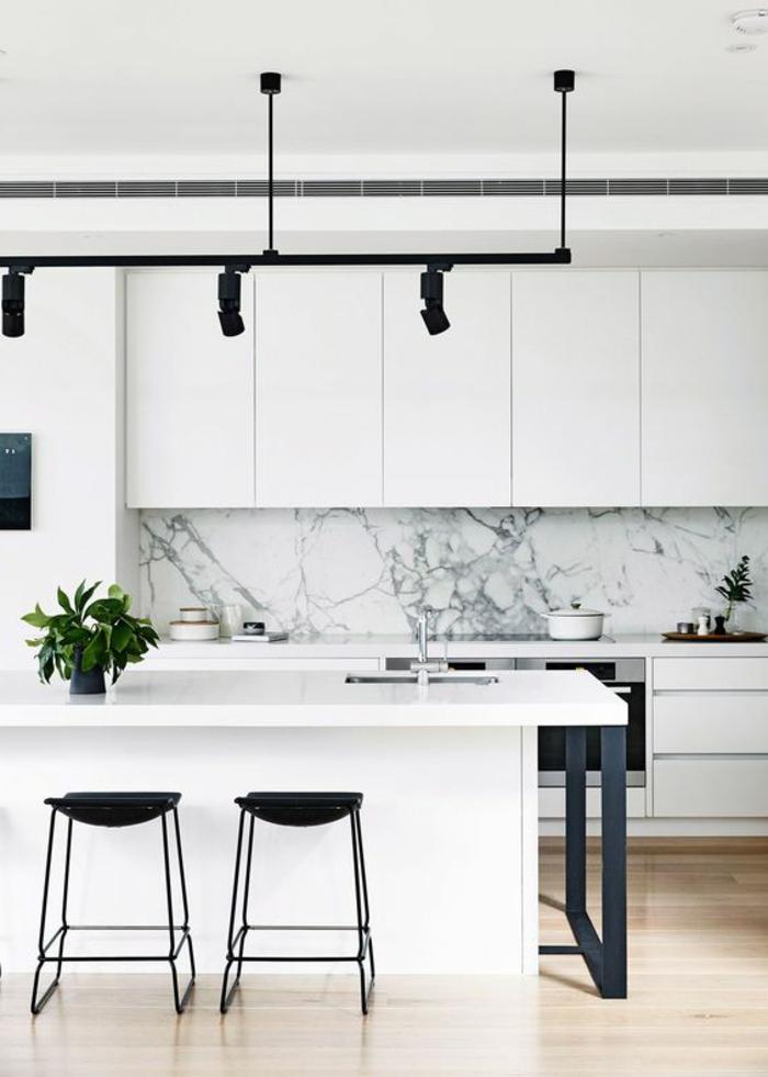 stilvolle küchengestaltung in weiß mit küchenrückwand aus marmor