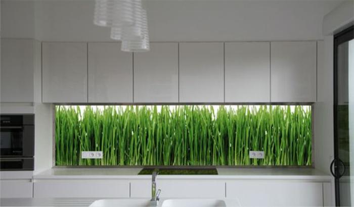 küche mit weißen schränken und glasrückwand mit bambus
