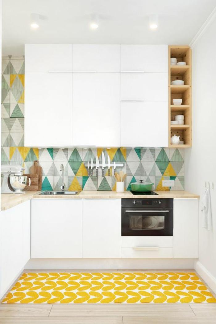 kreative küchengestaltung mit küchenrückwand mit bunten geometrischen figuren