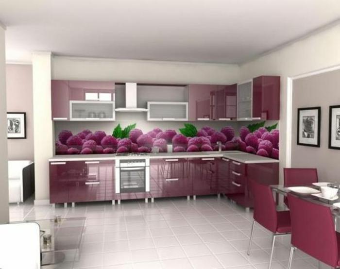 küche in lila mit glasrückwand mit himbeeren