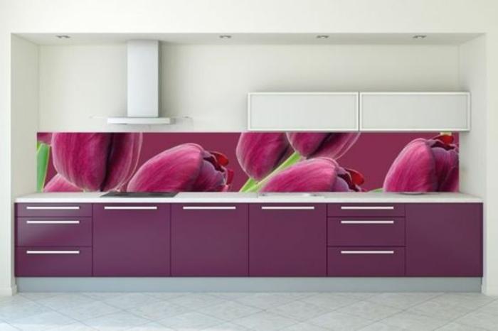 stilvolle küchenrückwand mit großen lila blumen als akzent
