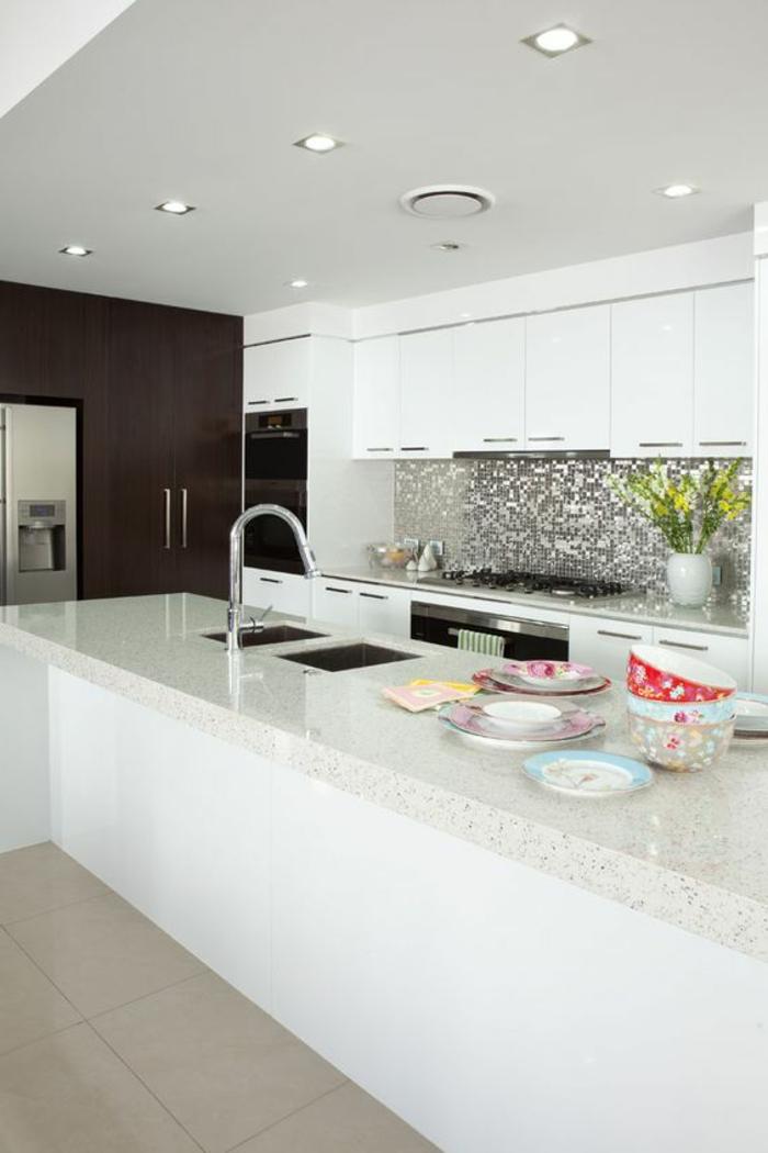 schöne küchenrückwand aus kleinen silbernen mosaikfliesen