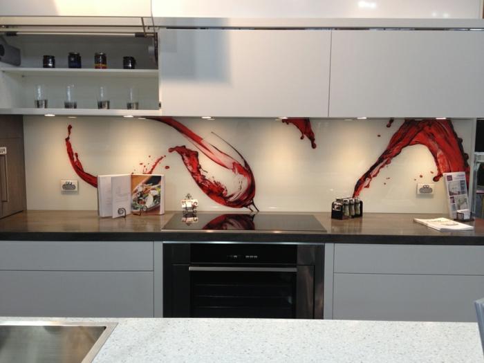 weiße glasrückwand mit weingläser mit rotem wein