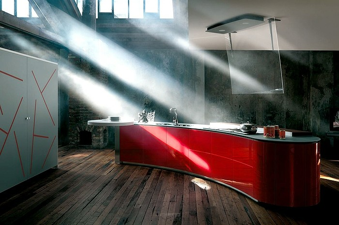 küchenschranktüren-rot-ohne-griffen-decke-cremeweiß-parkettboden-dunkel-küchenschrank-grau-abzugshauben