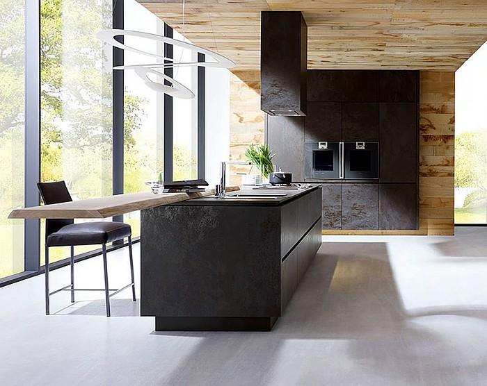 küchenschranktüren-schwarz-holzwand-holzdecke-abzugshaube-lederstuhl-früstücksbar-fenster-bis-zum-boden