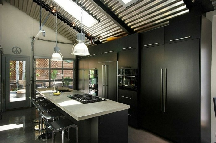 küchenschranktüren-schwarz-standard-griff-schrägdach-mit-fenster-industrial-style-kochinsel-weiße-platte