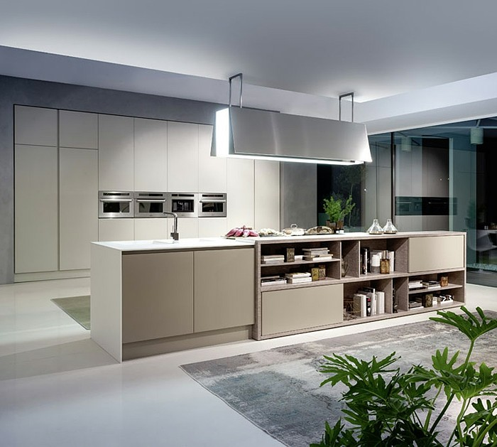 küchenschranktüren-weiß-boden-weiß-musterteppich-grau-pflanze-küchenfronten-cremeweiß-abzugshauben