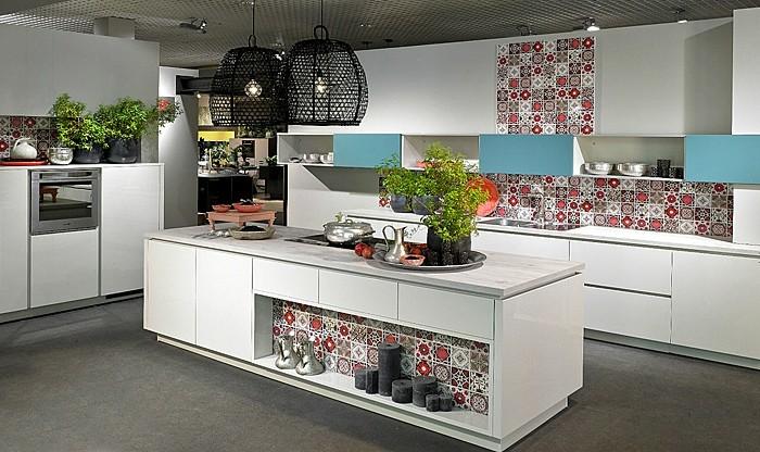 küchenschranktüren-weiß-küchenrückwand-muster-pflanzendeko-schwarze-kronleuchter