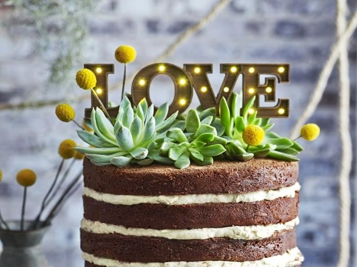 schoen-dekorierter-kuchen-zum-geburtstag-veganer-kuchen-mit-dekoration-plus-gruener-kaffee