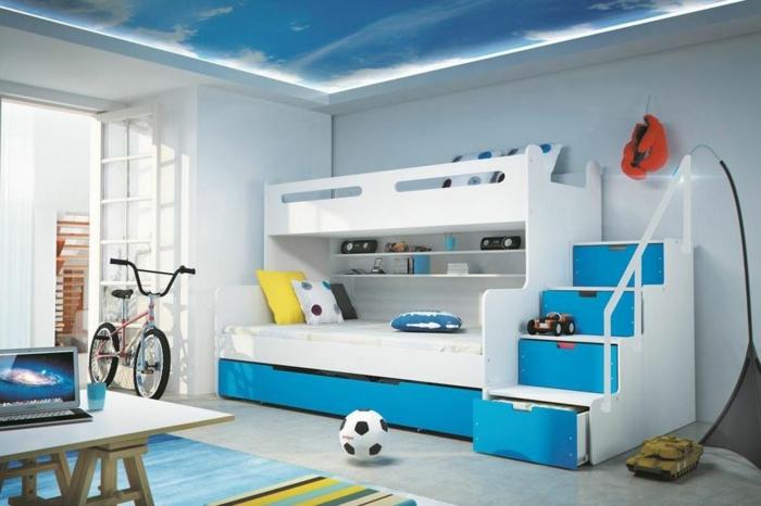 kinderzimmer gestalten junge blau und weiß fußball fahrrad treppe schrank und spielplatz