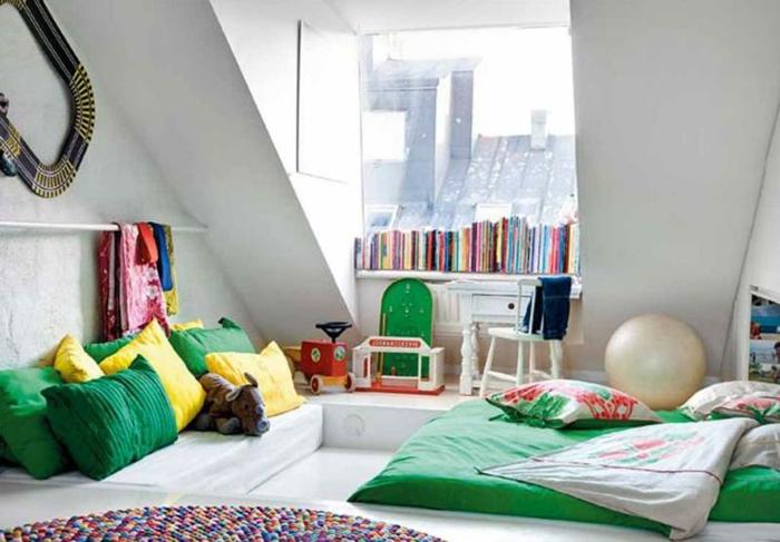 junge kinderzimmer dachzimmer schön einrichten und dekorieren weißes zimmer grüne gelbe kissen