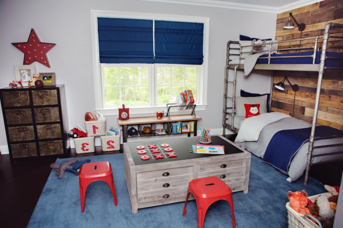jungen kinderzimmer kleine stühle spiel brettspiel im zimmer betten stern deko wanddeko blau