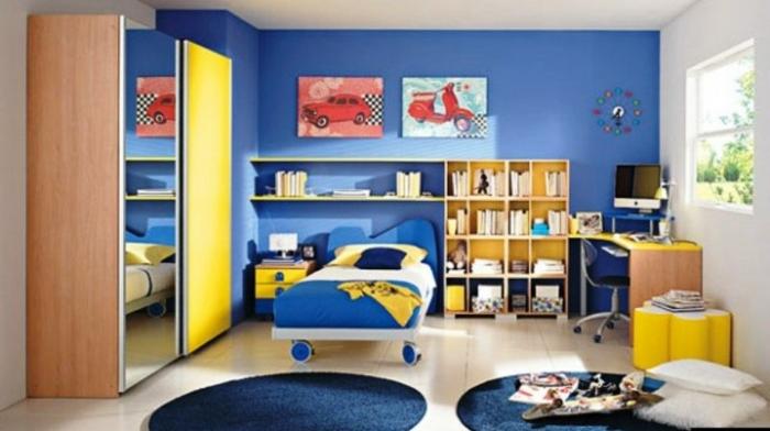 kinderzimmer ideen jungs blaue teppiche rund bett mit rolladen spiegel schrank bilder gemaltes auto
