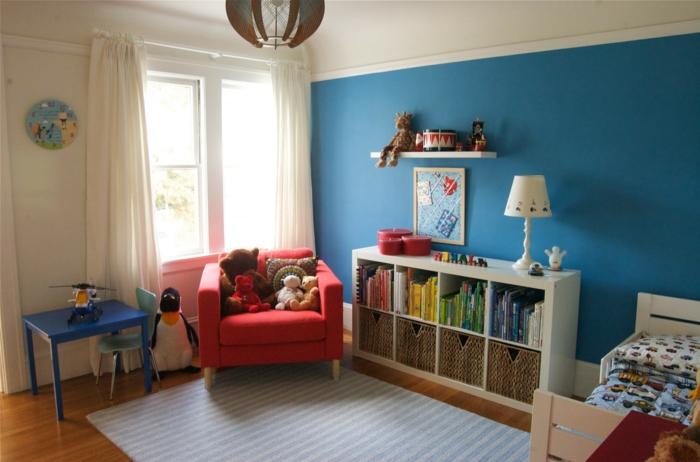 kinderzimmer ideen jungs blaue wand roter sessel tisch in blau lampe teppich vorhänge fenster