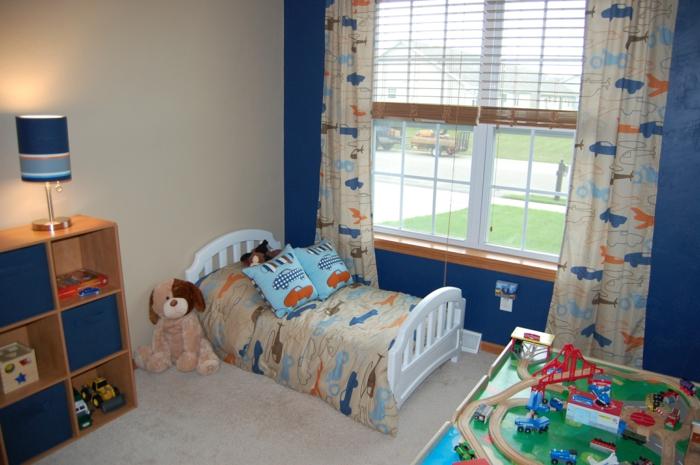 schöne kinderzimmer ideen großes fenster vorhänge mit motiv in blau orange und beige hund spielzeug
