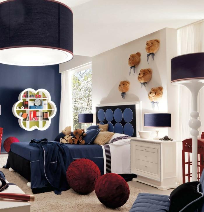 jungenzimmer gestalten zimmer in blau und weiß kuscheltier bär dekoration runde hocker lampen