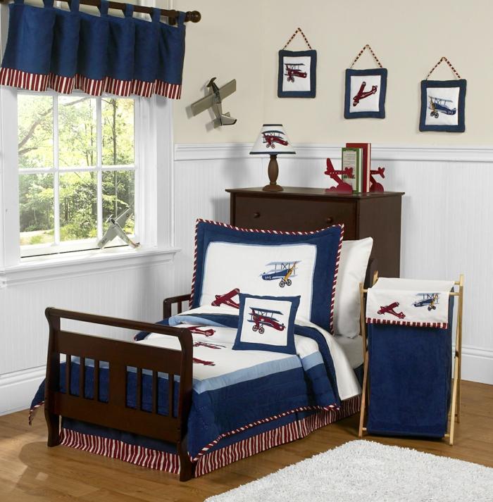 jungenzimmer gestalten blaue vorhänge blau-weiße bettdecke flugzeuge deko auf kissen bilder