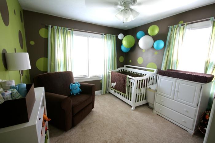 jungenzimmer gestalten braun und grün einrichtungsideen bunte ballons elefanten bett kleiner junge