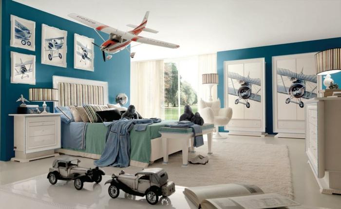 jungenzimmer gestalten weiß blaue einrichtung im kinderzimmer junge autos flugzeug spielzeug