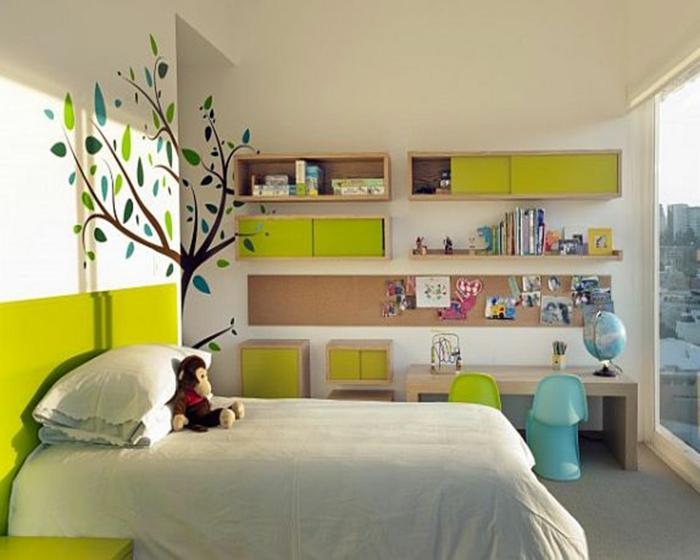 jungenzimmer gestalten weißes bett grün blau baum wanddeko zwei stühle großes fenster freier raum