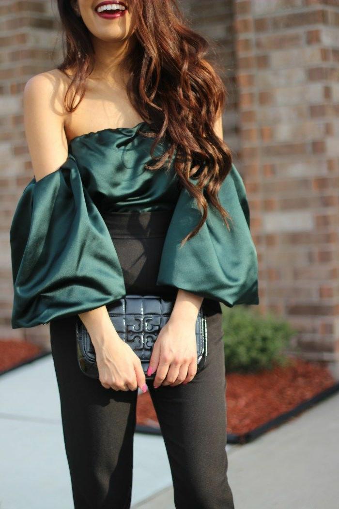 das lächeln ist am wichtigsten bei jeder party tolles outfit für frauen grüner top schwarze elegante hose