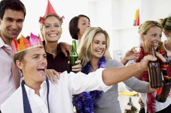 fest mit den kollegen businesspartner zusammen feiern gehen büro party ideen krone tragen