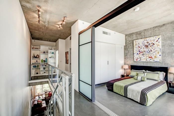 kleine-wohnung-einrichten-zweistöckige-wohnung-doppelbett-glastür-schiebetür-treppen-glasgeländer