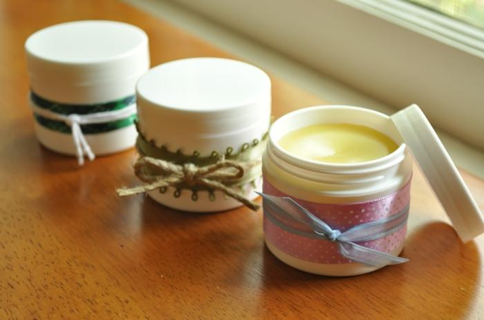 DIY Geschenk: Handcreme in Plastikbehälter mit Schleifen und anderen Dekorationen