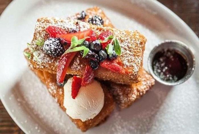 kuchen-mit-roter-gruetze-arme-ritter-mit-eis-erdbeeren-und-schokolade-nutella-fruehstueck-einzigartig-einfach-kochen