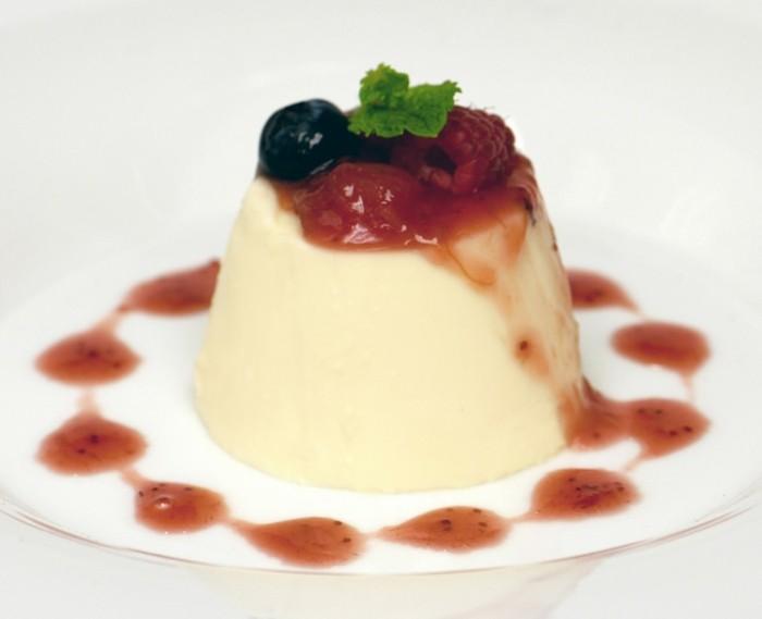leckere-nachtische-mit-fruechten-creme-bruelle-karamel-sosse-dazu-erdbeeren-himbeere-leckeres-dessert
