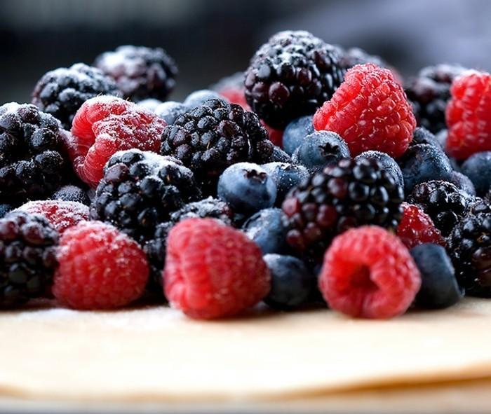 leckere-nachtische-mit-fruechten-vielfalt-an-kleinen-fruechten-erdbeeren-himbeeren-blaubeeren-dessert