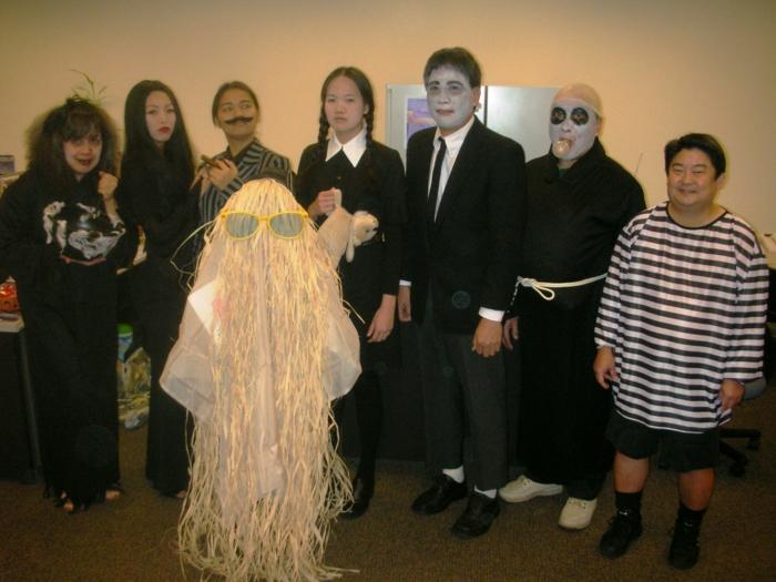 eine ganze Familie wie Adams Family gekleidet - Karneval Gruppenkostüme