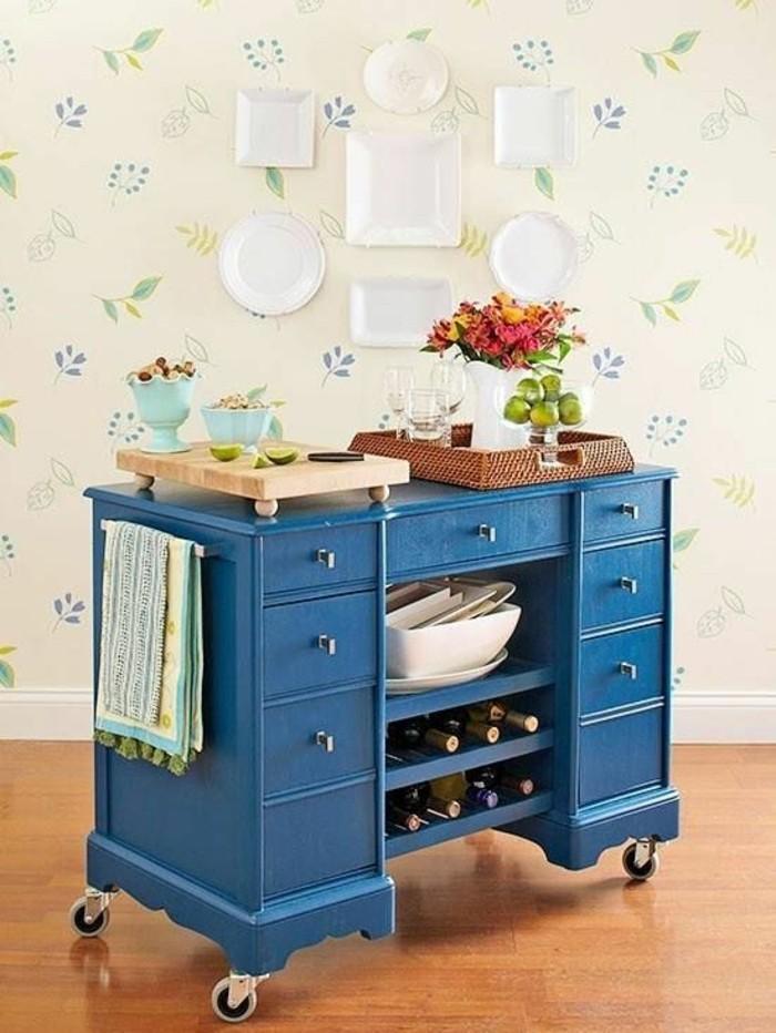 möbel-restaurieren-blauer-schrank-mit-schubladen-weiße-teller-obst-blumen-tuch-tapeten