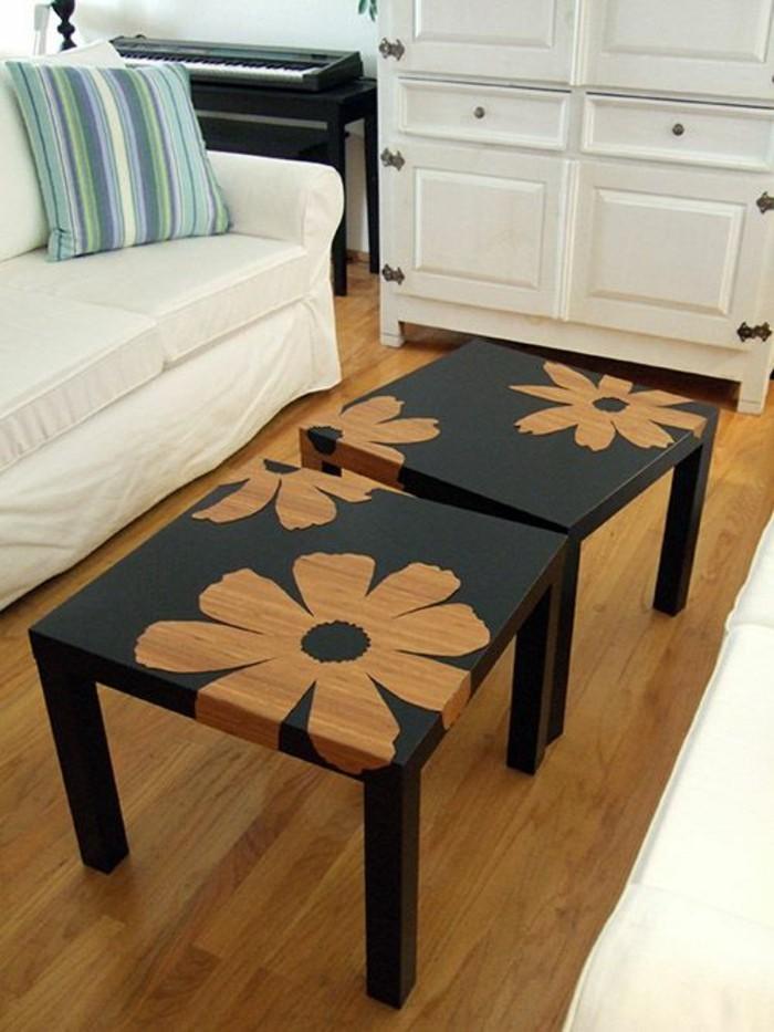 möbel-restaurieren-schwarze-eckige-tische-mit-blumen-weißer-sofa-schrank